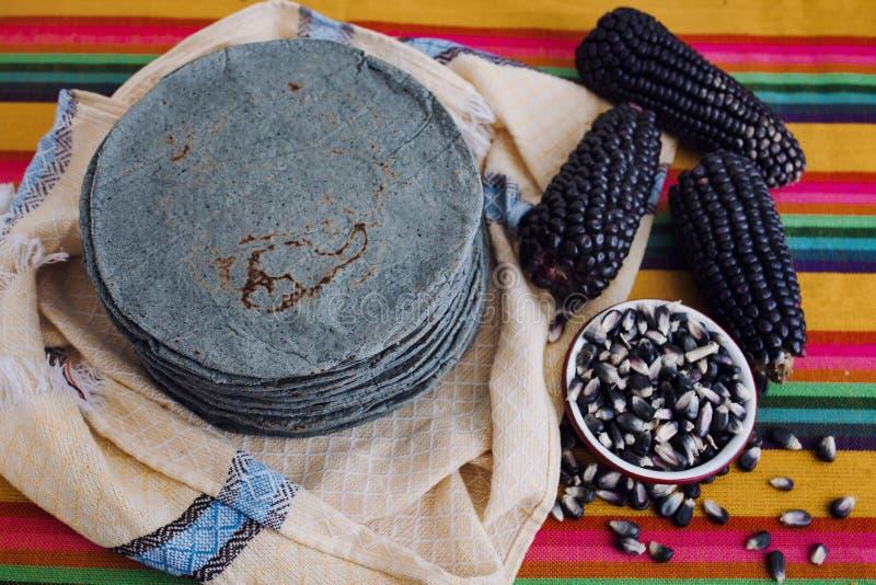 玉米粉薄烙饼azules,蓝色玉米,墨西哥美食传统食物在墨西哥 库存图片