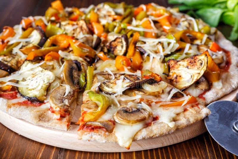 烤了菜并且采蘑菇全麦比萨 免版税库存照片