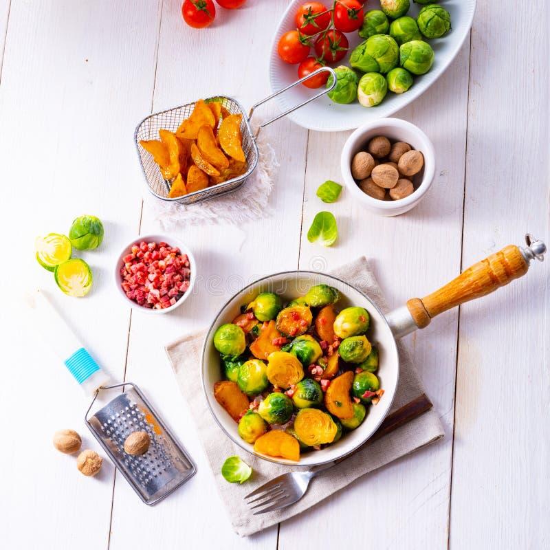 烤抱子甘蓝用蜂蜜和芝麻从烤箱 免版税图库摄影