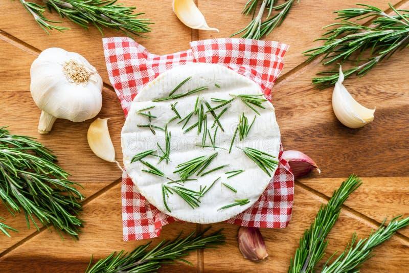 烤箱烘烤了软制乳酪用大蒜、罗斯玛丽和酸辣调味品 免版税库存照片