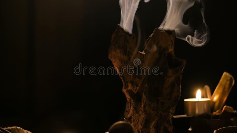 烧与烟的香火棍子 免版税图库摄影
