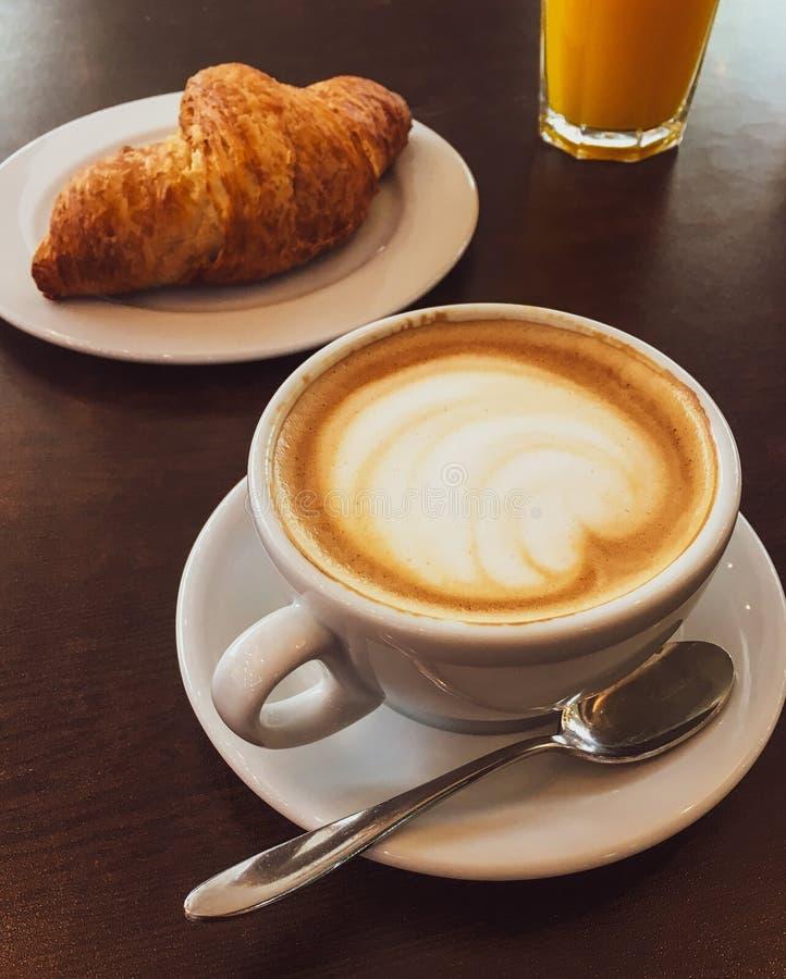 热奶咖啡在一家餐馆,咖啡休息的 库存图片