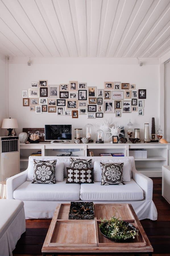 热带现代海滨别墅白色口气客厅内部 免版税库存照片