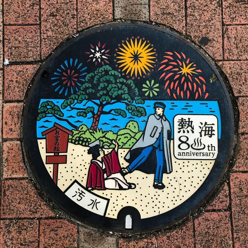 热海市,日本:下水道盖帽/人孔盖/舱口盖、日语手段热海市和污水 免版税库存图片