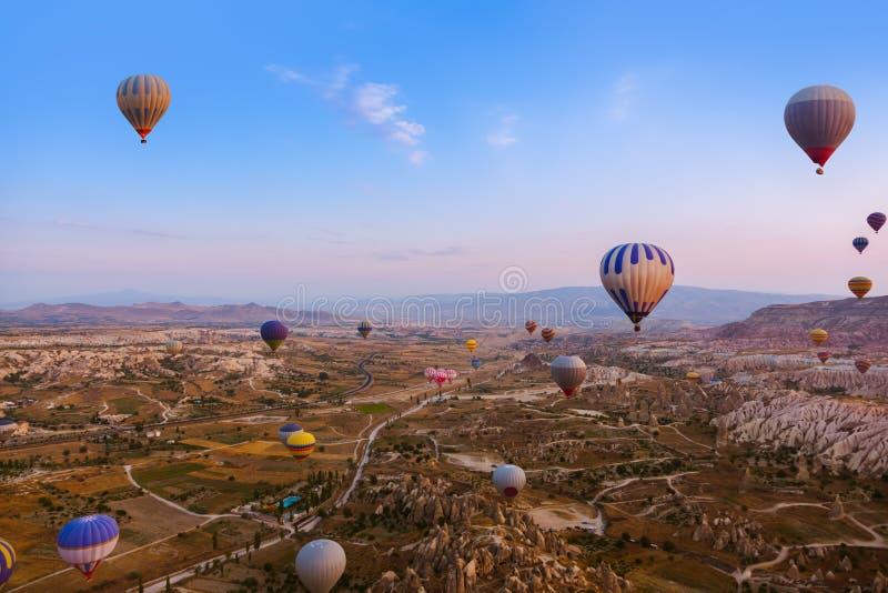 热空气在Cappadocia土耳其的气球飞行 库存照片