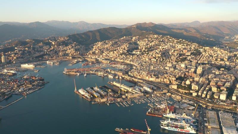 热那亚,意大利- 2019年1月3日 港口和城市鸟瞰图在晚上 库存图片