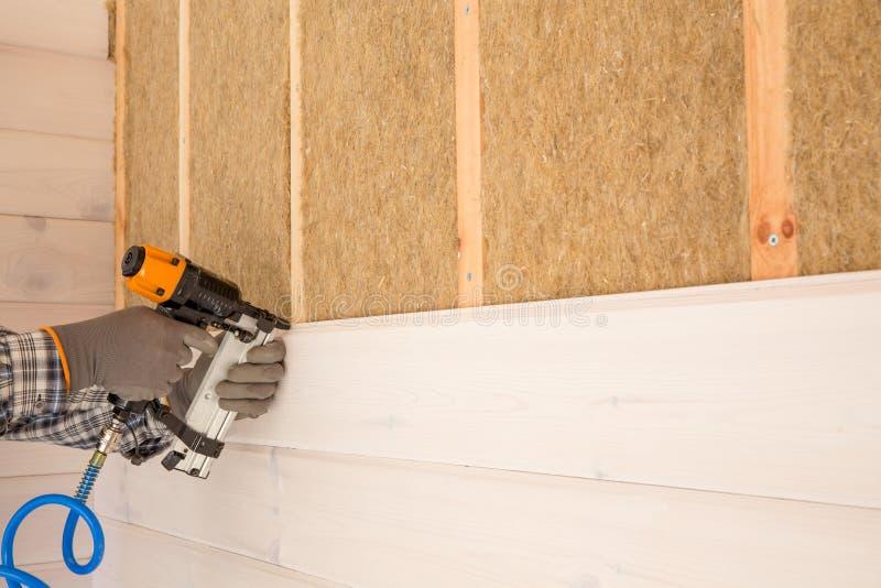 热量地绝缘eco木制框架房子的建筑工人 免版税库存照片