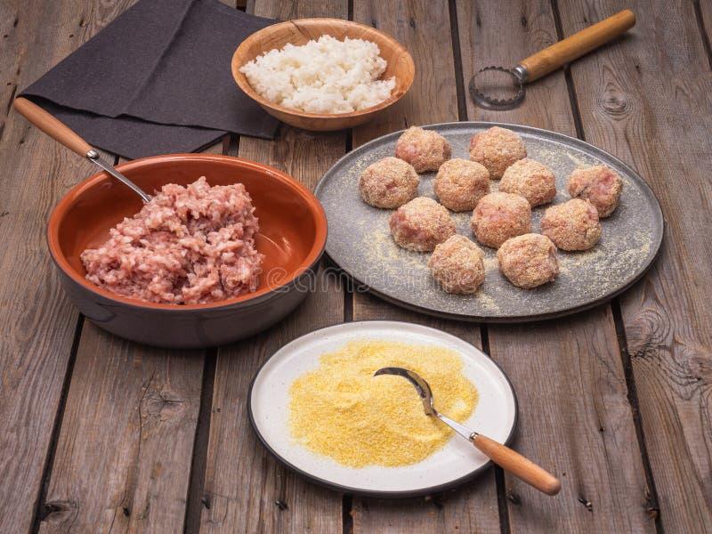 烹调丸子的过程,丸子的成份在不同的板材 免版税库存照片