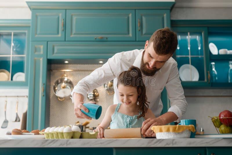 烹调与爸爸的女儿 免版税图库摄影