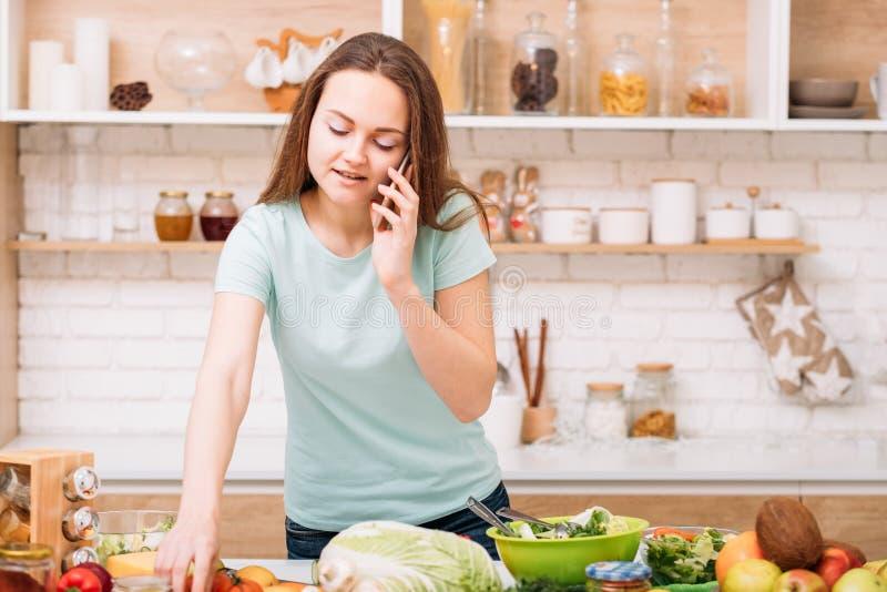 烹调家庭生活方式妇女厨房的新婚佳偶 图库摄影