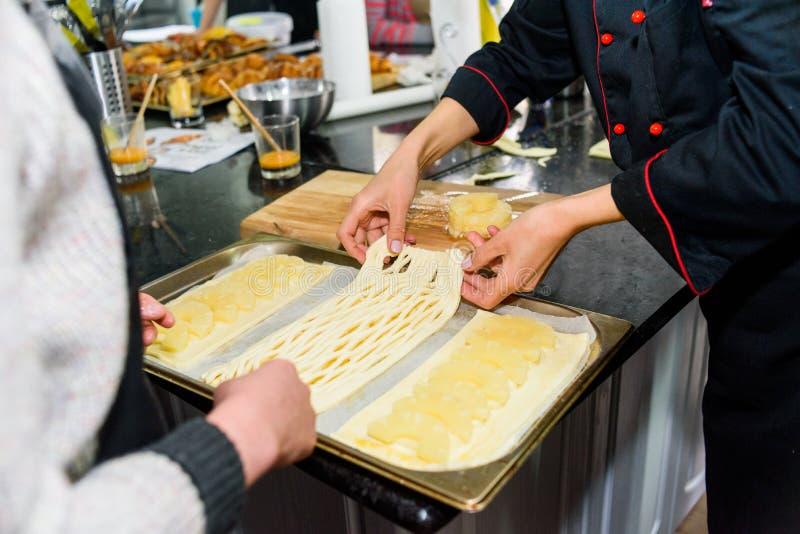 烹调在桌特写镜头的面团的过程 图库摄影