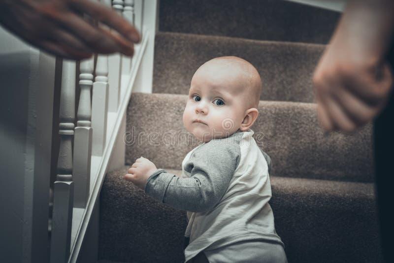 爬行在木台阶的小孩男孩 免版税库存照片