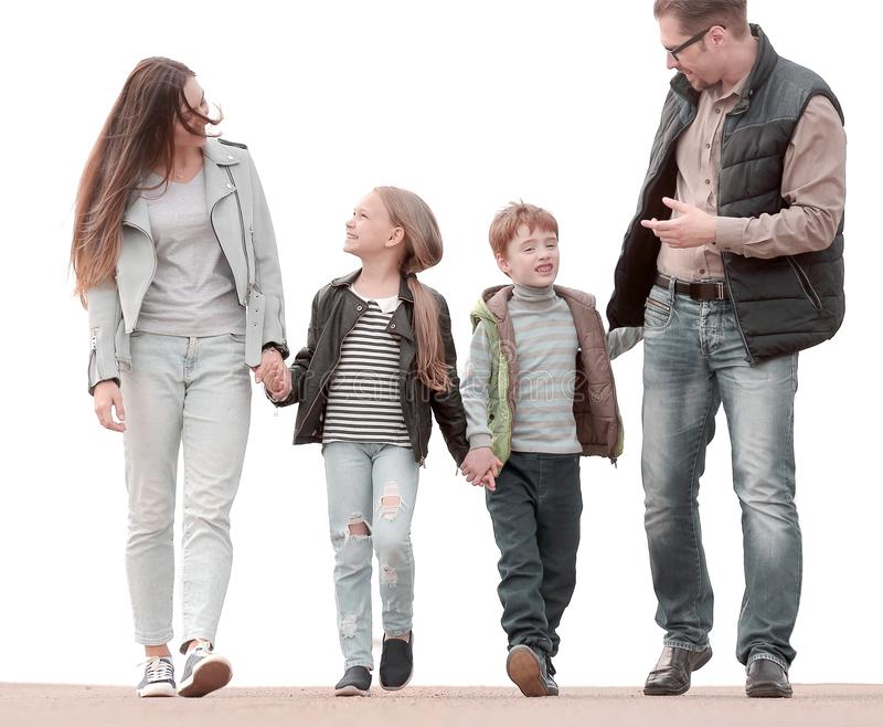 父母谈论与他们的孩子在步行期间 免版税库存照片