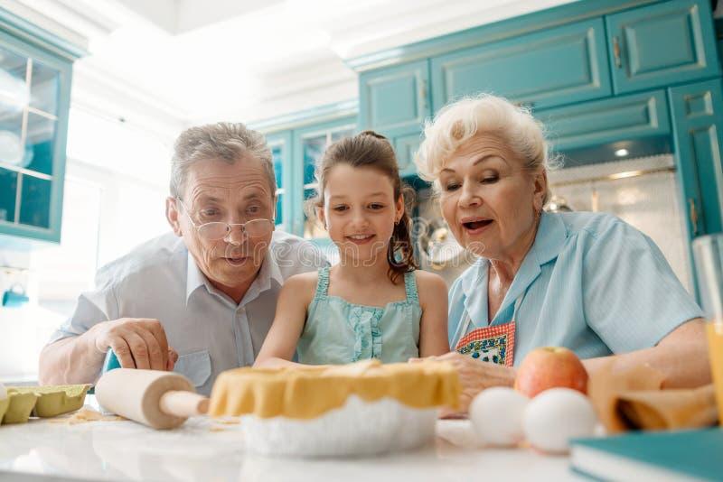 爷爷、老婆婆和孙女 免版税库存照片