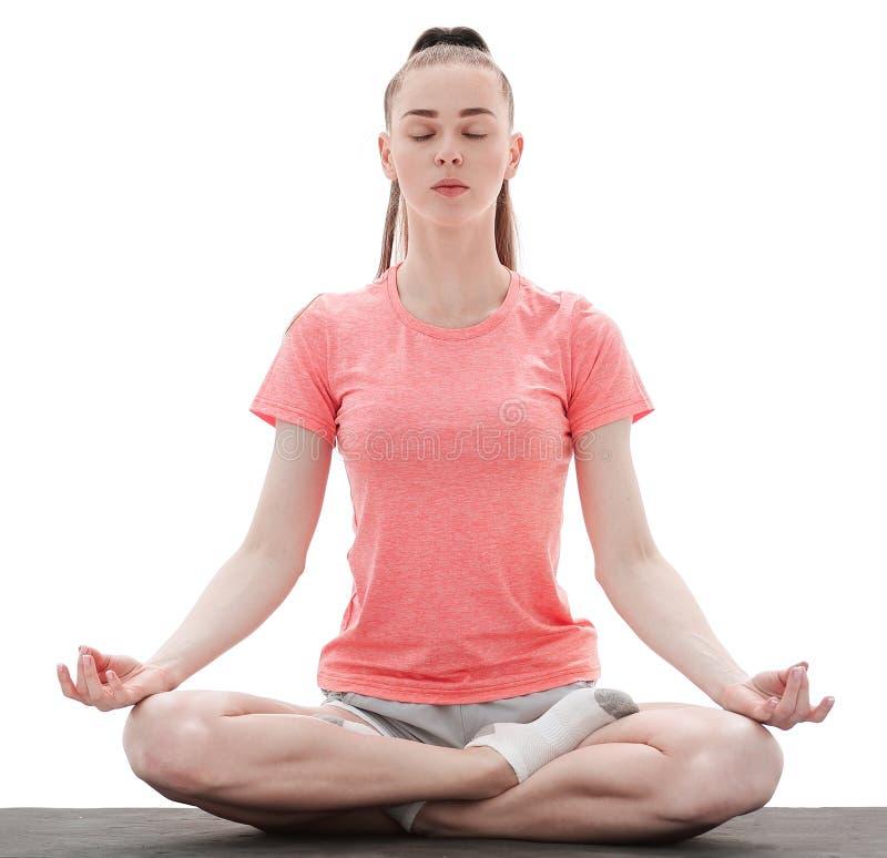 瑜伽 思考和做瑜伽的妇女反对白色背景 免版税库存图片