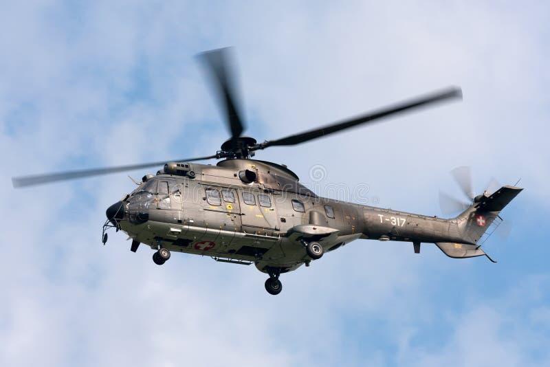 瑞士空军队法国航太公司AS332 TH89军用公共直升机T-317 图库摄影