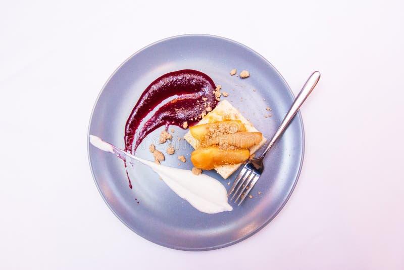 点心服务用干果在咖啡馆或面包店 溶岩蛋糕用在板材的莓果 糖果店概念 空白 图库摄影