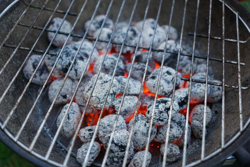 炽热灼烧的木炭为烤做准备,烤肉格栅 库存图片