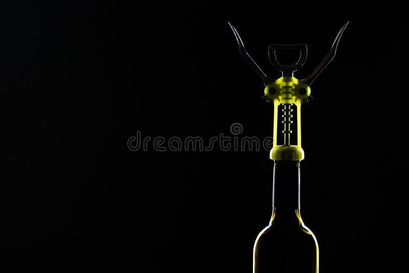 瓶与拔塞螺旋的酒在黑石背景 库存图片