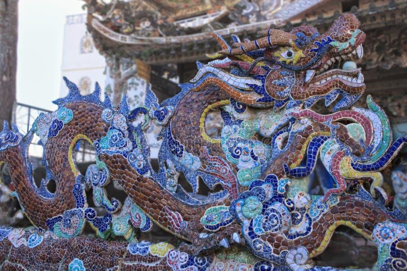 瓷马赛克龙关闭在Linh Phuoc塔细节大叻市市的,林同省,越南 库存照片