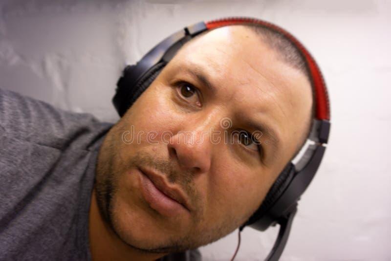 畏缩与耳机画象年轻头的人 库存例证