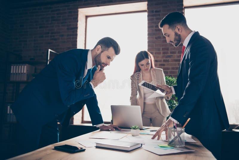 照片三事业伙伴的关闭她她的企业夫人他他他的人谈论周道新的项目检查的收入 免版税库存照片