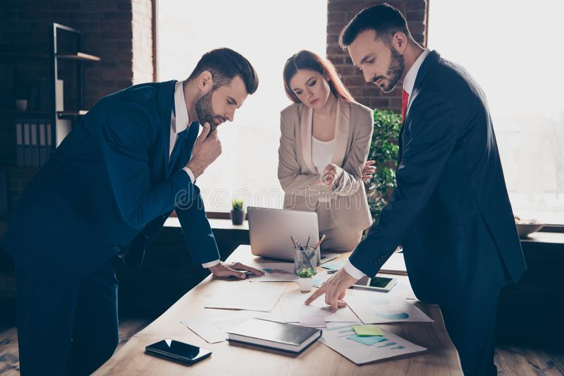 照片三伙伴的关闭她她的企业夫人他他他的人谈论新的计划检查收入收入观察未来 库存照片