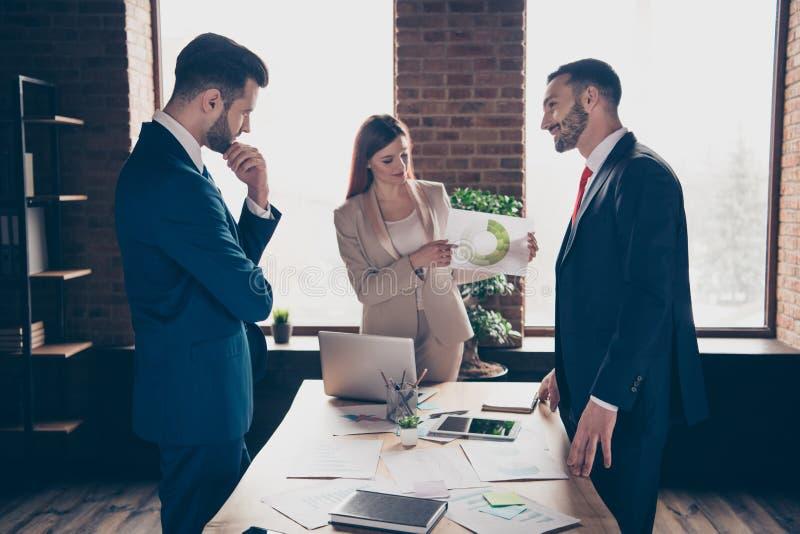 照片三伙伴的关闭她她的企业夫人他他他的人谈论新的项目计划检查收入收入 库存照片