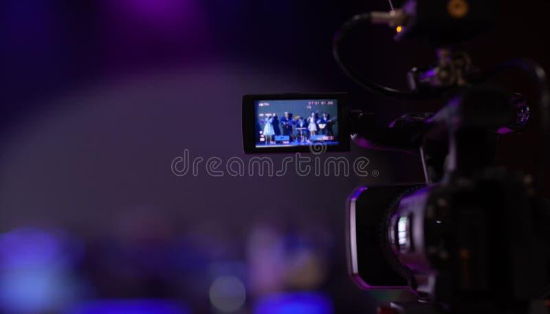 照相机展示反光镜图象在采访或广播婚礼,抓住感觉的抓住行动,在最佳的memori的停止运动 库存图片