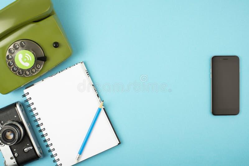 照相机,电话,笔记本,在一个手机结合的铅笔 在颜色背景的概念 文本的空间 在a的概念 库存照片
