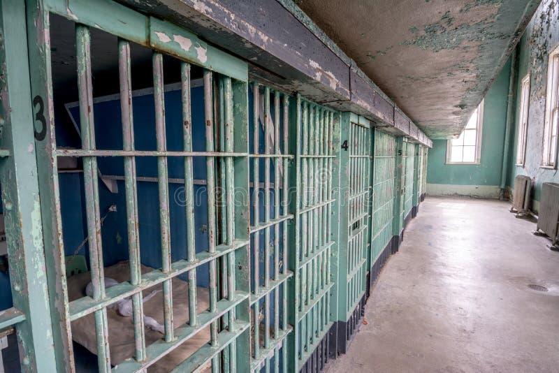 牢房门行绘了绿色与看的窗口外面 免版税库存照片