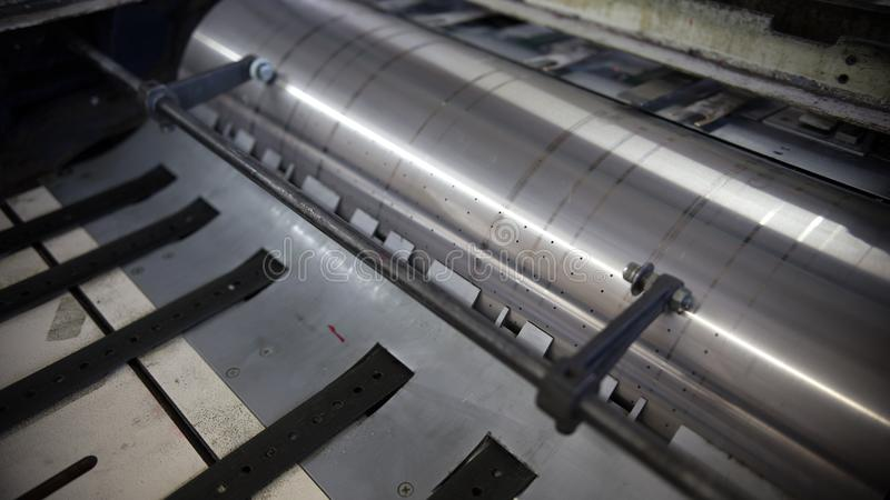 特写镜头印刷机工作在一个印刷厂里 免版税库存照片
