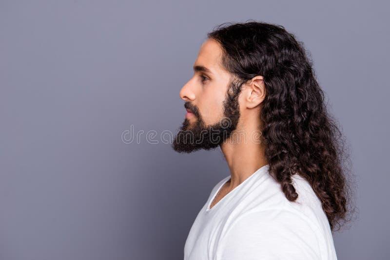 特写镜头外形他的侧视图画象他精密凉快的穿着考究的有吸引力的平安的镇静有波浪头发的人髭 库存图片