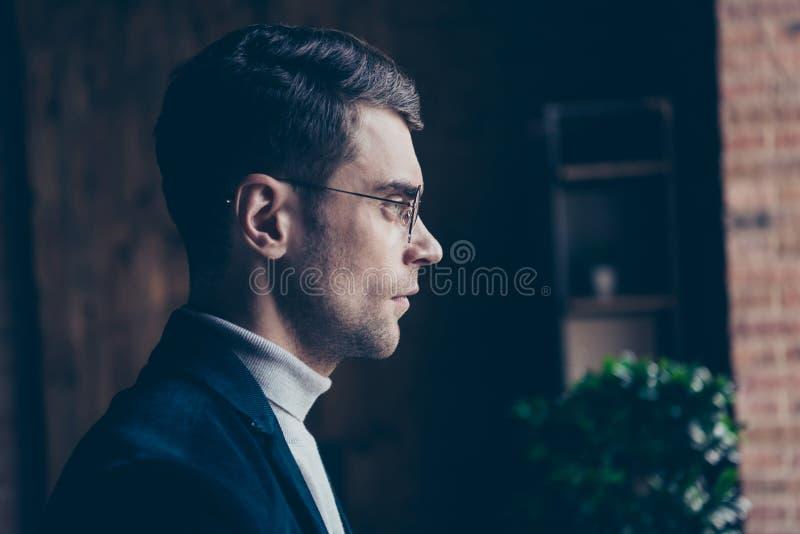 特写镜头外形他的侧视图画象他看的好英俊的时髦的重视的人辅助怪杰专家 免版税图库摄影