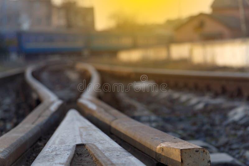 特写镜头带领在火车的背景的火车轨道 图库摄影
