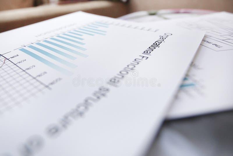 特写镜头 在商人的桌上的商业文件 免版税库存图片