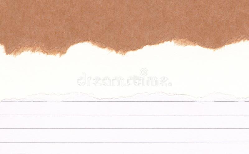 特写镜头在被撕毁被排行的难看的东西的被撕毁的包装纸,白皮书纹理背景 裂口纸笔记,与空间的棕色板料文本的,轻拍 图库摄影