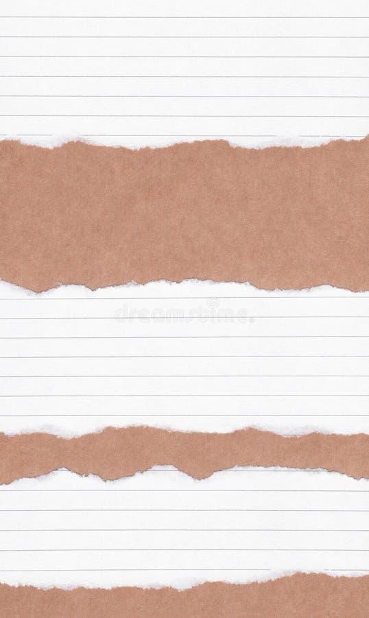 特写镜头在难看的东西包装纸纹理背景的被撕毁的白皮书 裂口白皮书笔记,与空间的包装纸板料文本的,警察 库存图片