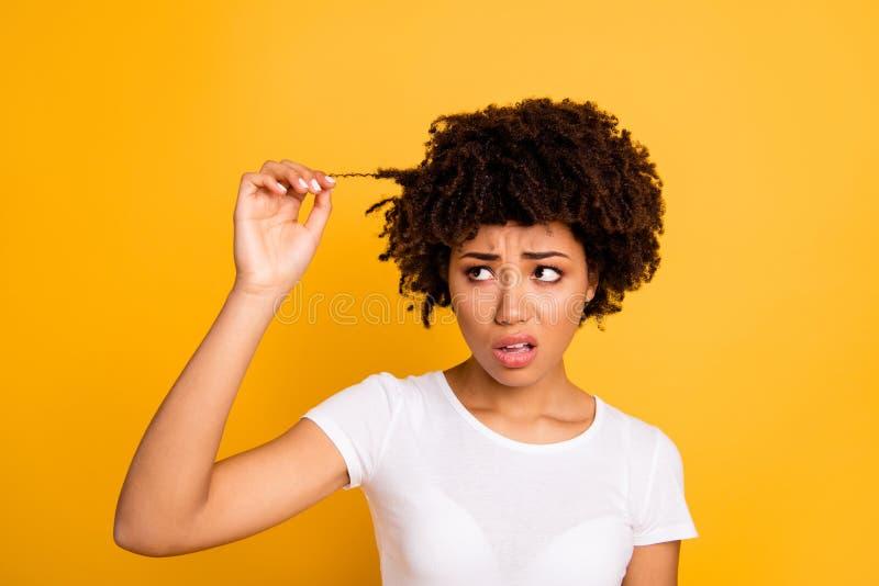 特写镜头画象她她接触好可爱的担心的有波浪头发的夫人发现损坏的厚实的卷毛温泉整修 免版税库存照片