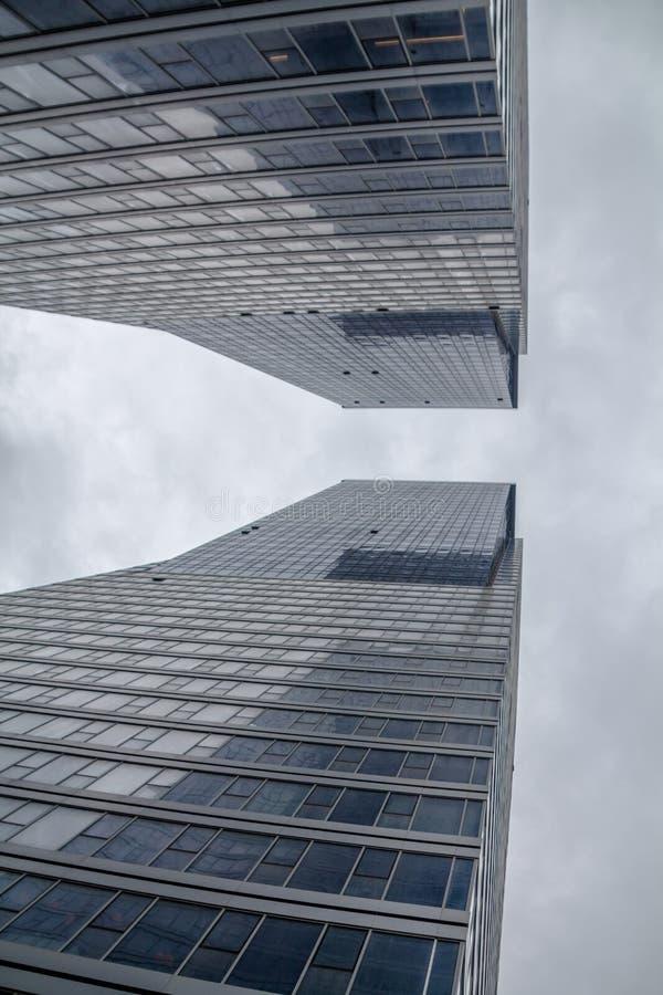 特拉维夫,以色列,2019年3月2日:阿龙耸立摩天大楼,在财政区内的相同大厦 在阿亚隆H附近 免版税库存照片