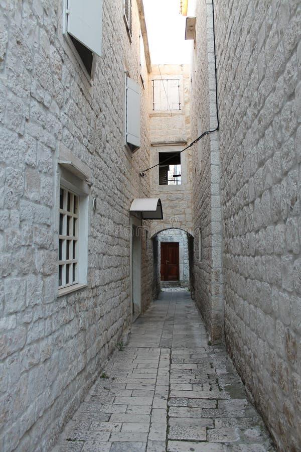 特罗吉尔,有白色石房子的克罗地亚狭窄的街道在老镇 免版税库存照片