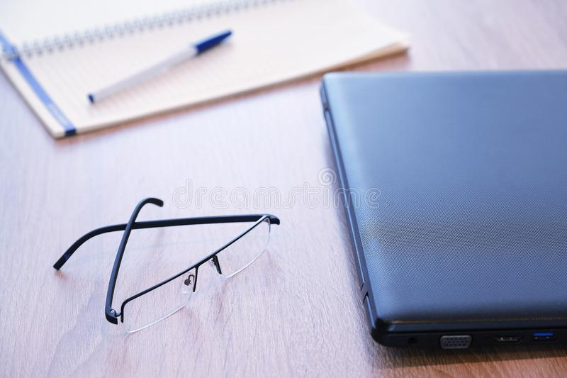 片剂的片剂计算机红色盒立场一个伟大的辅助部件 一个详细的笔记本和玻璃 对工作 库存图片