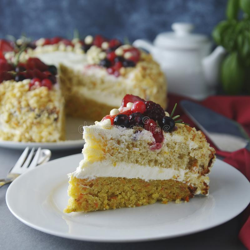 片断,切片自创莓果蛋糕 素食主义者可口红萝卜和橙色蛋糕装饰用莓果 健康点心 灰色 库存照片