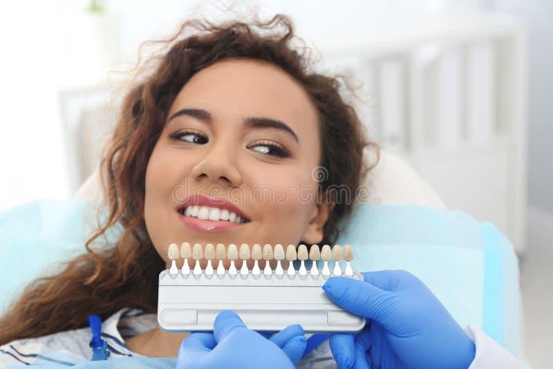 牙医配比的患者的与调色板的牙颜色 库存图片