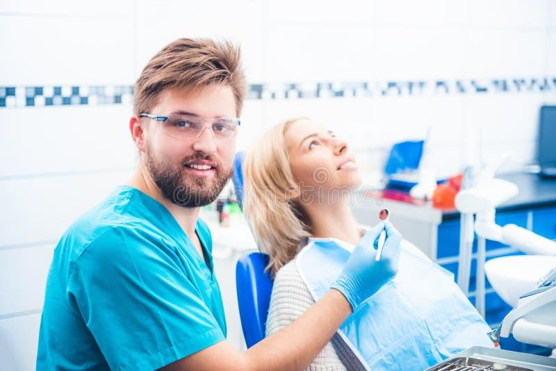 牙医examinating的女孩 免版税库存图片