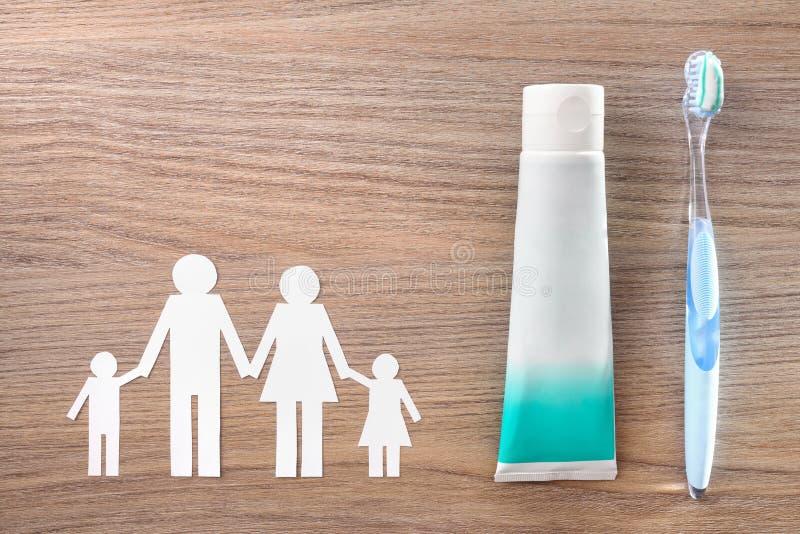 牙齿卫生学工具的家庭观念在木台式的 免版税库存照片