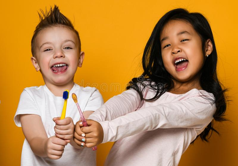 牙齿卫生学 有牙刷的愉快的矮小的逗人喜爱的孩子 库存照片