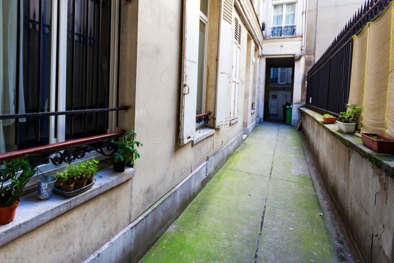 狭窄的室外段落在现代大厦附近的围场我法国 免版税库存照片