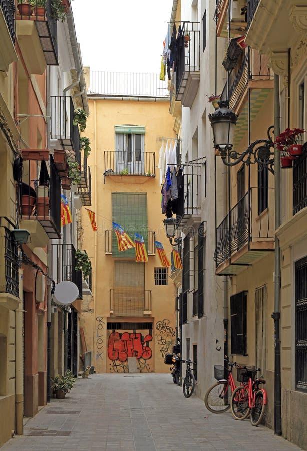 狭窄的街道在巴伦西亚老镇  库存照片