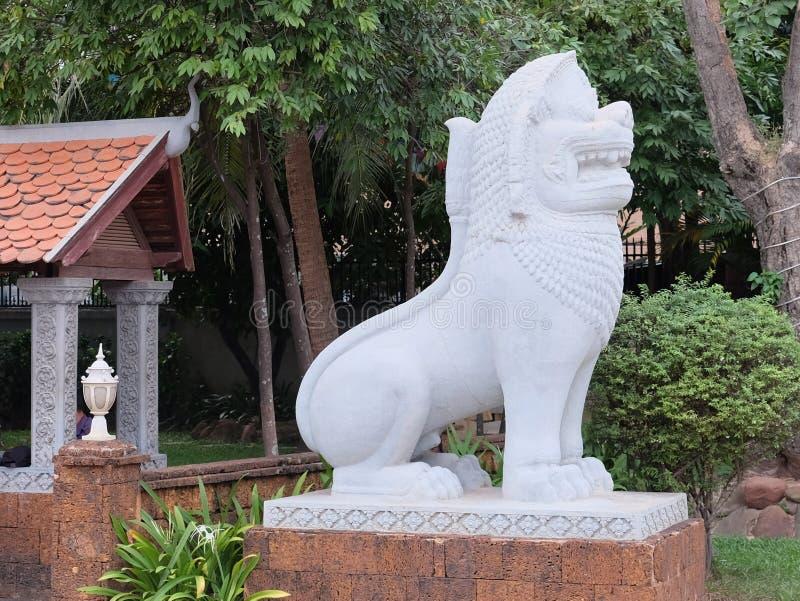 狮子的白色雕象,装饰植被,亚洲文化 免版税库存照片
